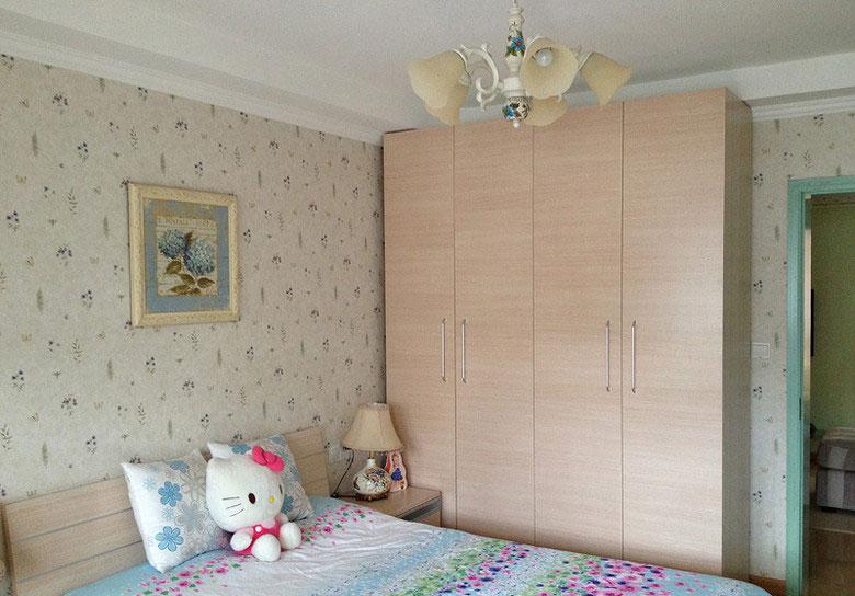春天田园80平三居家居卧室床衣柜背景墙装修效果图